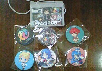 パスポートと缶バッジ.jpg